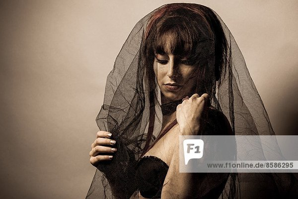 Sinnliche Frau in der Dunkelheit