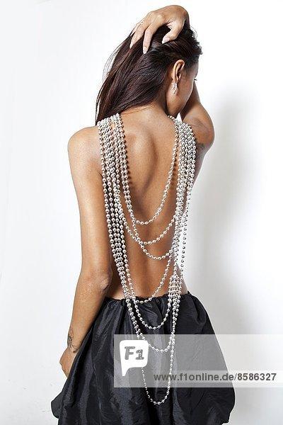 Nackte Frau zurück mit Perlenkette