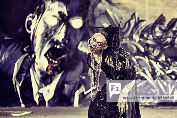 DeathWorker  ein Cyberpunk-Mann  der vor der Kamera schreit.