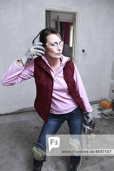 Frankreich  junge Frau  die in einem Haus arbeitet.