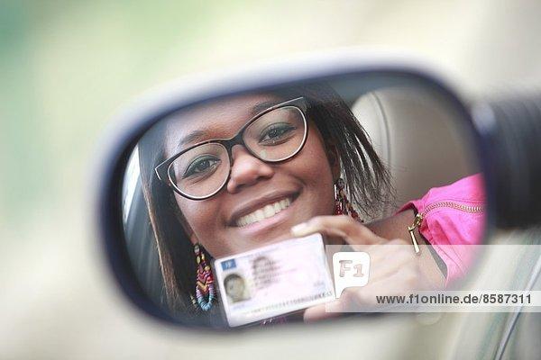 Frankreich  junge lächelnde Frau mit ihrem brandneuen Führerschein.