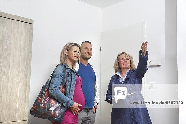 Frankreich  Paar und Immobilienmakler besuchen eine Wohnung.
