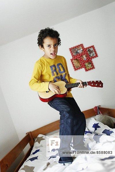 Ein Junge in seinem Zimmer