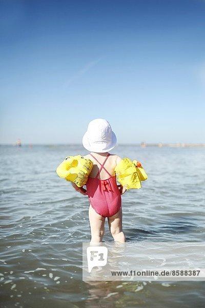 Ein kleines Mädchen am Strand