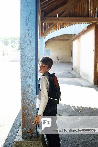 Ein Junge auf einem Schulhof