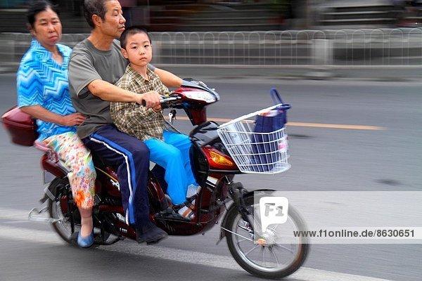 Frau  Mann  Junge - Person  Menschlicher Vater  Sohn  Straße  Passagier  Peking  Hauptstadt  China  Mutter - Mensch  Straßenverkehr
