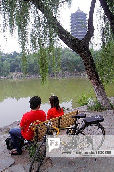 Jugendlicher  Frau  Mann  Junge - Person  Student  Hochschulbildung  Campus  Peking  Hauptstadt  Fahrrad  Rad  China  Mädchen