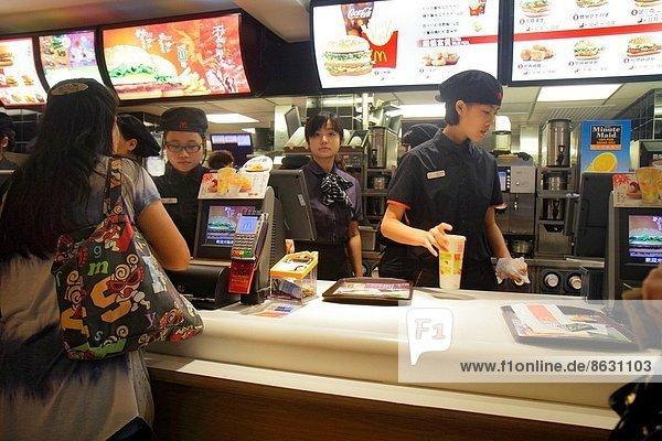 Fast Food  takeaway  junk  Frau  Angestellter  geben  Restaurant  China  Kollege  Hamburger  Prince Edward Island  bestellen  Tresen  Hongkong  Nathan Road