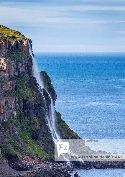 Wasser  Frische  Sommer  klein  Steilküste  Wasserfall  trinken  Seitenansicht  Abenddämmerung