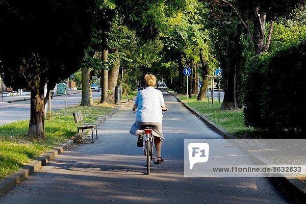 Frau  radfahren  Straße  Italien  alt