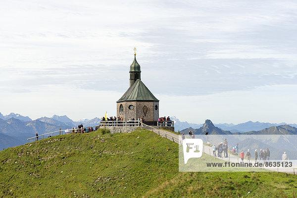 Wanderer am Bergkapelle Heilige Kreuzerhöhung  Wallberg  Tegernseer Berge  Oberbayern  Bayern  Deutschland