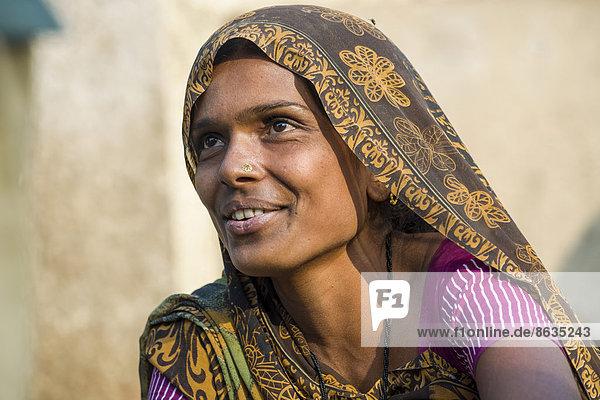 Woman wearing a sari  Bhavnagar  Gujarat  India