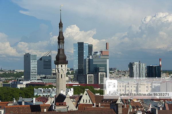 Ausblick vom Domberg auf die Unterstadt und das Rathaus  Altstadt und Neustadt  Tallinn  Estland  Baltikum