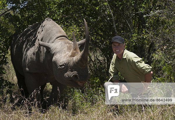 kniend  weiß  Fotograf  Kenia  Nashorn