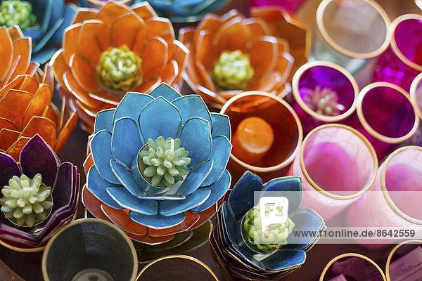 Eine Ausstellung von Kerzen und Teelichthaltern. Leuchtende Farben  Retro-Stil.
