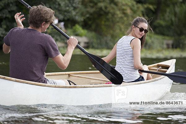 Junges Paar Ruderboot auf dem See