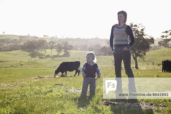 Mutter mit kleinem Jungen  der wegschaut