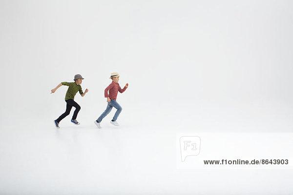 Zwei Jungen auf weißem Hintergrund