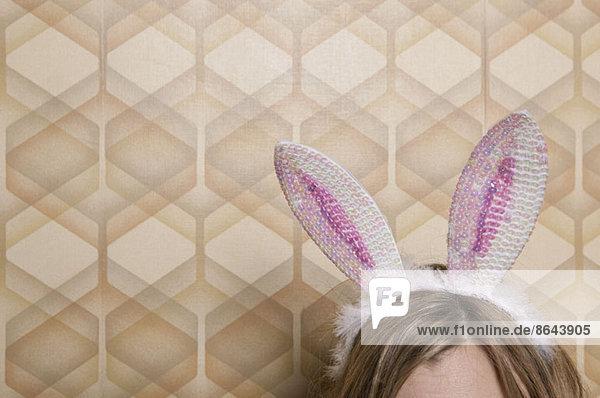 Frau mit Kaninchenohren  hoher Schnitt