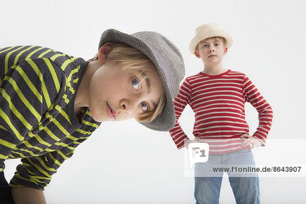 Portrait von Jungen vor weißem Hintergrund
