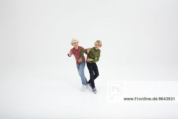 Zwei Jungen kämpfen vor weißem Hintergrund
