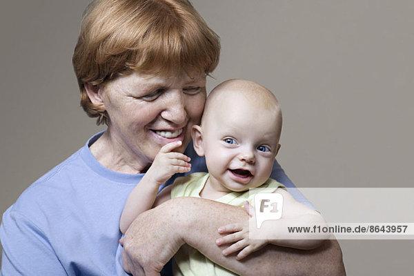 Großmutter spielt mit Enkel  Nahaufnahme