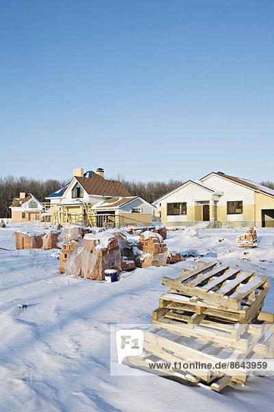 Häuser mit Kistenstapel auf Schnee