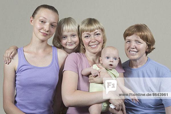 Drei Generationen Familie  lächelnd