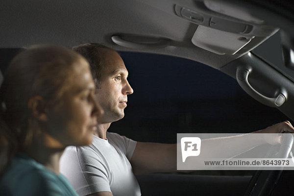 Mittleres erwachsenes Paar im Auto