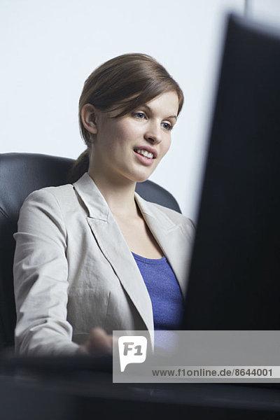 Junge Frau  die im Büro arbeitet