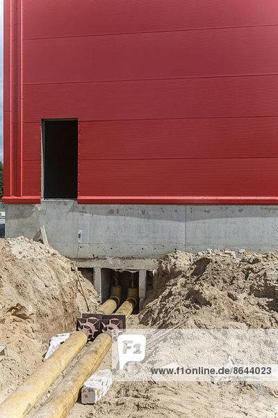Rohrleitungen und Gebäude im Bau
