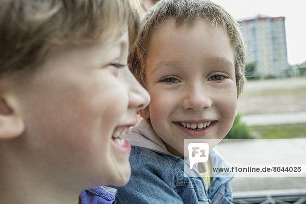 Zwei Jungen lächeln  Nahaufnahme