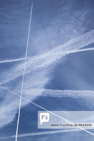 Kondensstreifen im blauen Himmel
