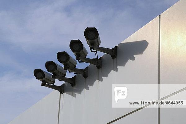Überwachungskameras an der Wand  Blickwinkel niedrig
