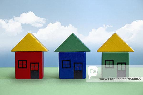 Drei Häuser aus Spielzeugblöcken