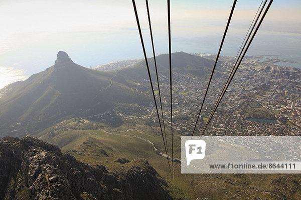 Blick von der Seilbahn auf Kapstadt und den Lion's Head Mountain