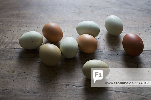 Eier auf Holztisch  Nahaufnahme