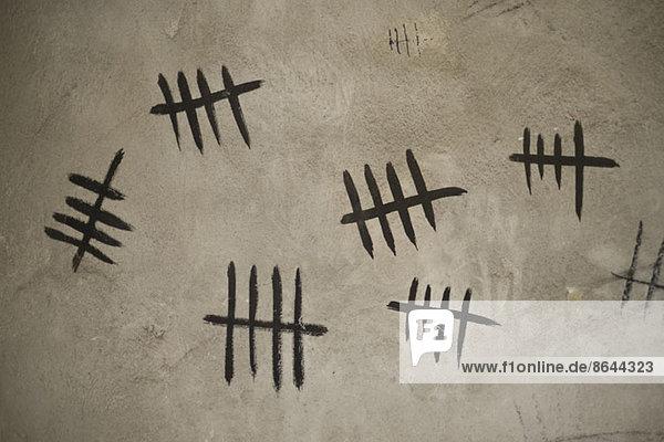 Zählen mit Strichmarkierungen an der Wand  Nahaufnahme
