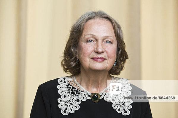 Porträt einer älteren Frau lächelnd  Nahaufnahme