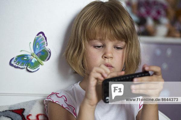 Mädchen spielen auf dem Handy  Nahaufnahme