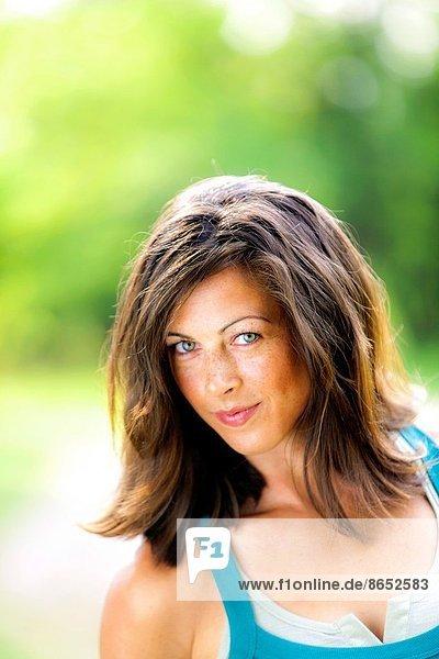 Außenaufnahme  Portrait  Frau  sehen  lächeln  braunhaarig  Blick in die Kamera  alt  freie Natur  Jahr