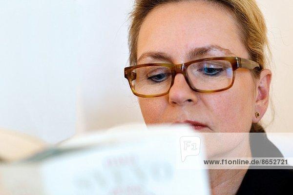 Portrait  Europa  Frau  Buch  Taschenbuch  Hamburg - Deutschland  Deutschland  vorlesen