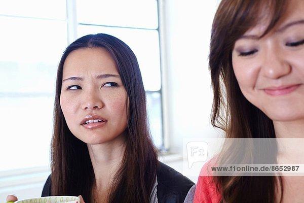Zwei junge Frauen in der Küche sind sich nicht einig.