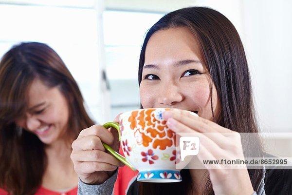 Zwei junge Frauen in der Küche bei einer Kaffeepause