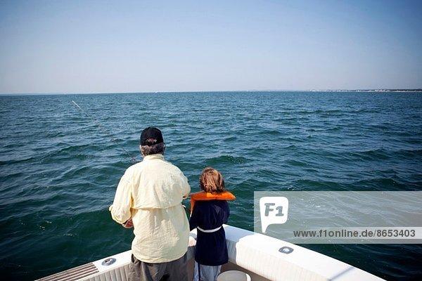 Junge und Großvater fischen vom Boot aus  Falmouth  Massachusetts  USA