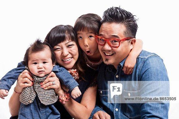 Studio-Porträt eines mittelgroßen Paares mit Tochter und kleinem Jungen