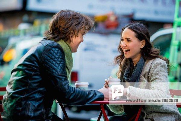 Junges Touristenpaar im Straßencafé  New York City  USA