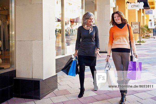 Frauen beim Einkaufsbummel