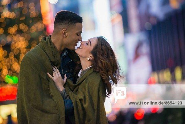 Junges Touristenpaar in Decke gehüllt  New York City  USA