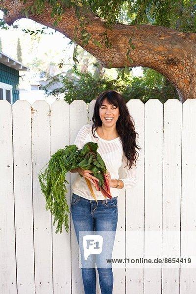 Porträt einer jungen Frau mit einheimischem Gemüse